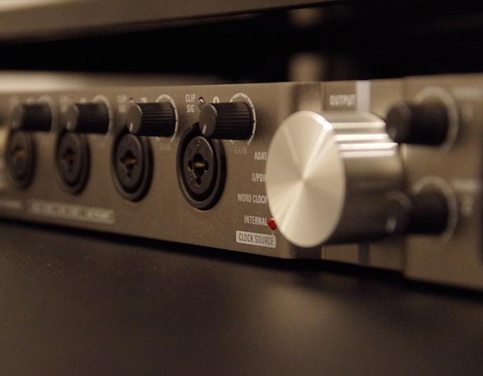 都内の録音スタジオヒトスタでは、操作に不安が残る方にもスタッフが丁寧にご説明をしております