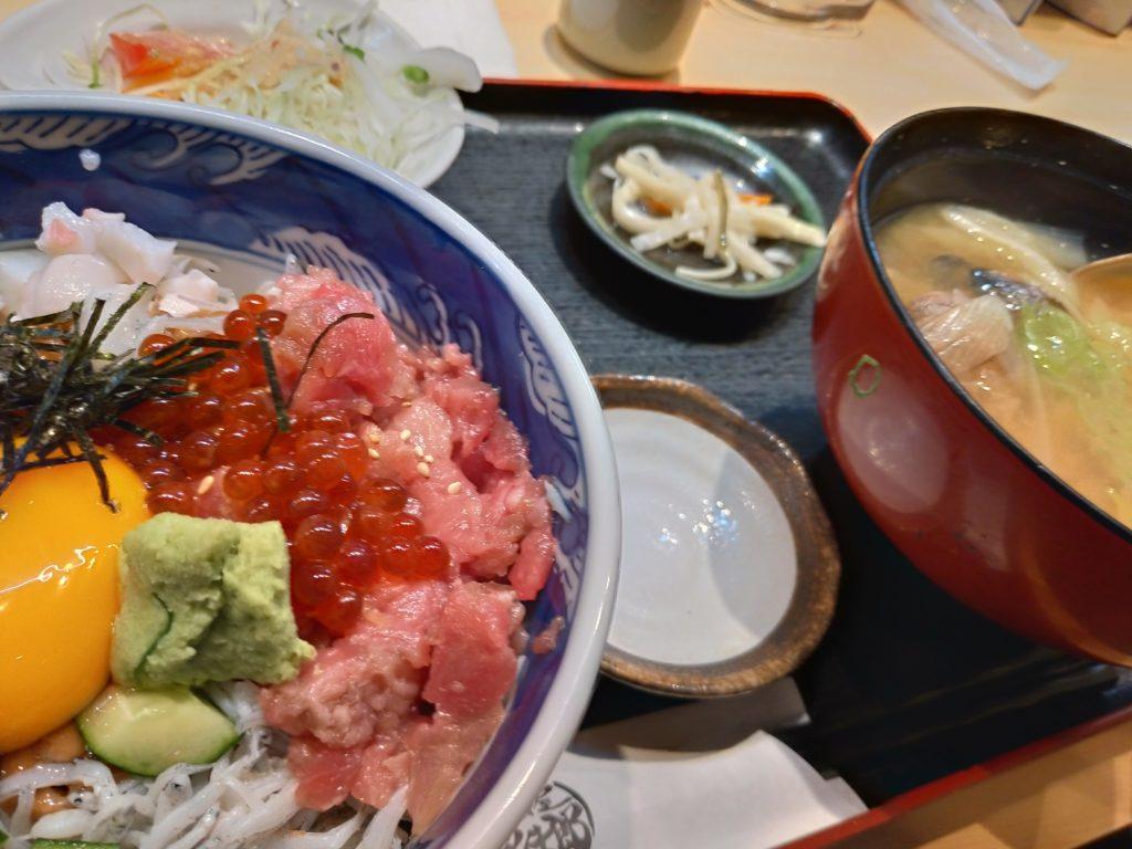 ランチの海鮮丼(アサリのお椀付き)